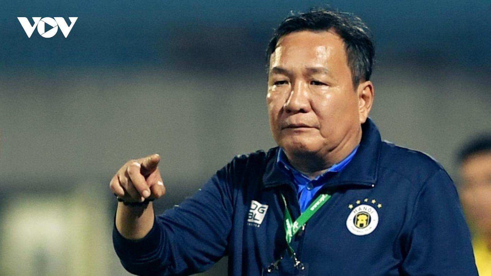 """Hà Nội FC thua Viettel, bầu Hiển xuống sân """"thì thầm"""" với HLV Hoàng Văn Phúc"""