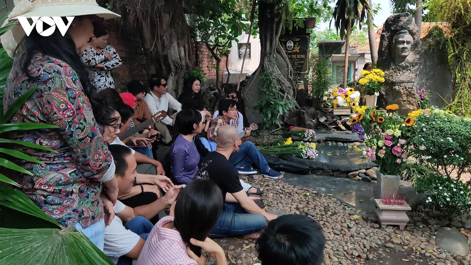 Nhiều nghệ sĩ, người yêu nhạc đến viếng và hát trước mộ nhạc sĩ Trịnh Công Sơn
