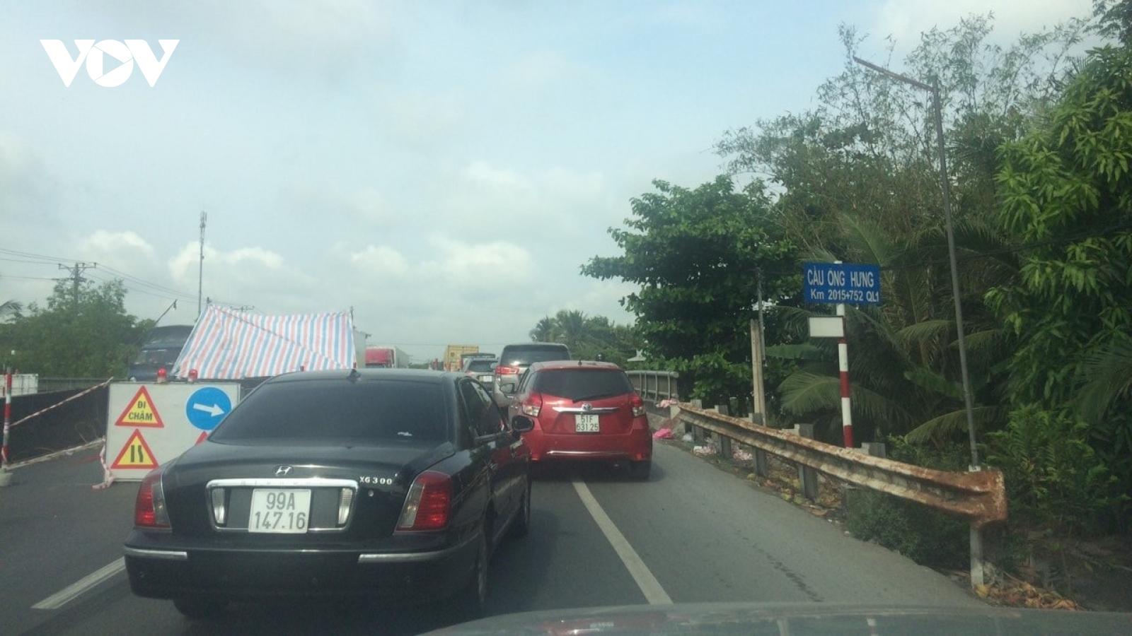 Sửa cầu trên quốc lộ 1 gây kẹt xe nghiêm trọng tại Tiền Giang