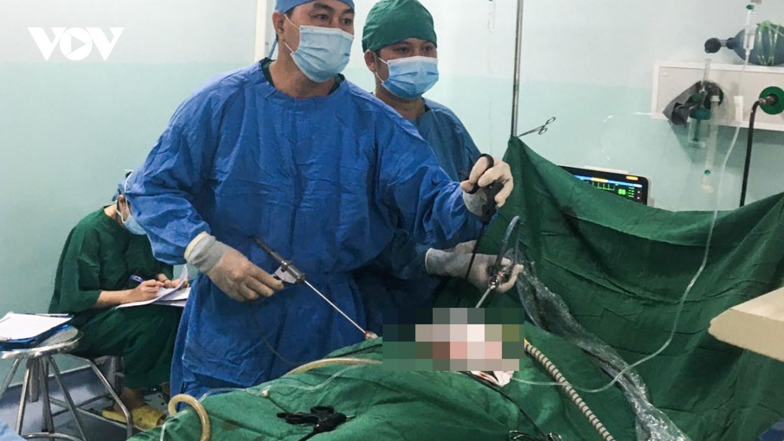Bóc khối u đầy tóc và răng trong buồng trứng người phụ nữ