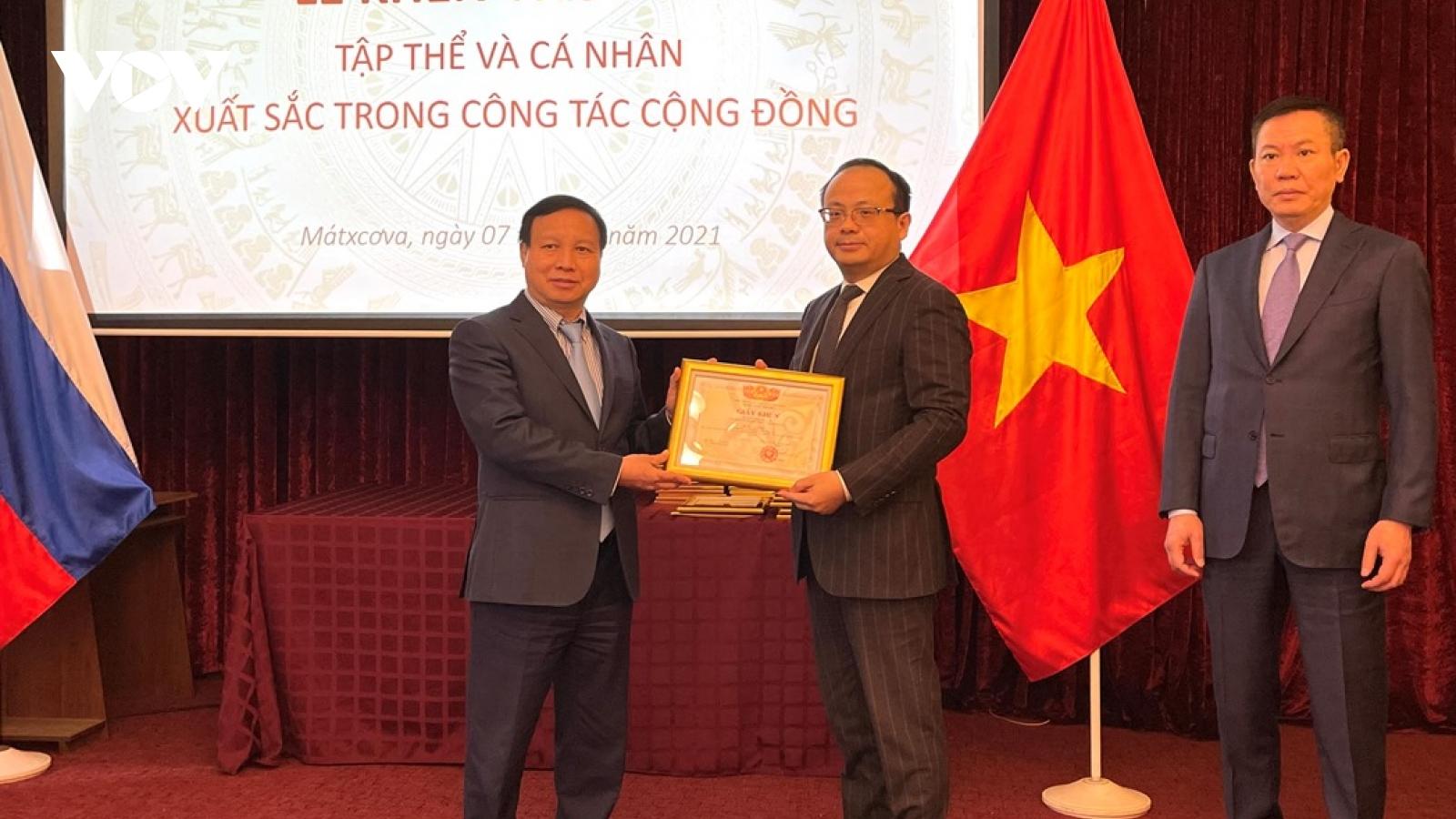Khen thưởng tập thể, cá nhân xuất sắc trong cộng đồng người Việt tại Nga