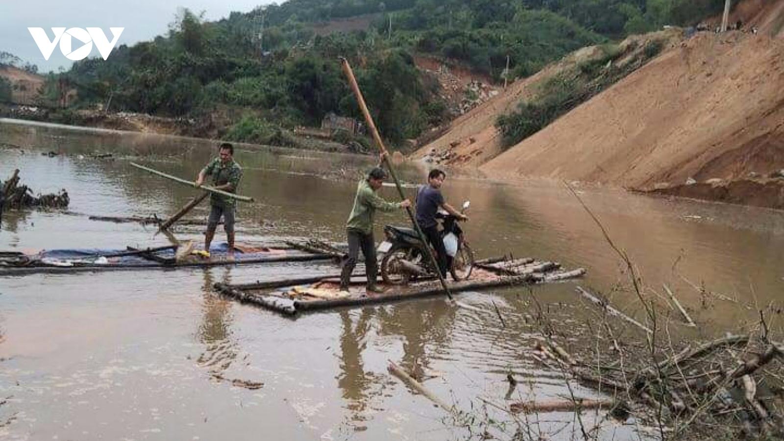 Hồ thủy lợi tích nước, hàng chục hộ dân phải dùng bè mảng đi lại