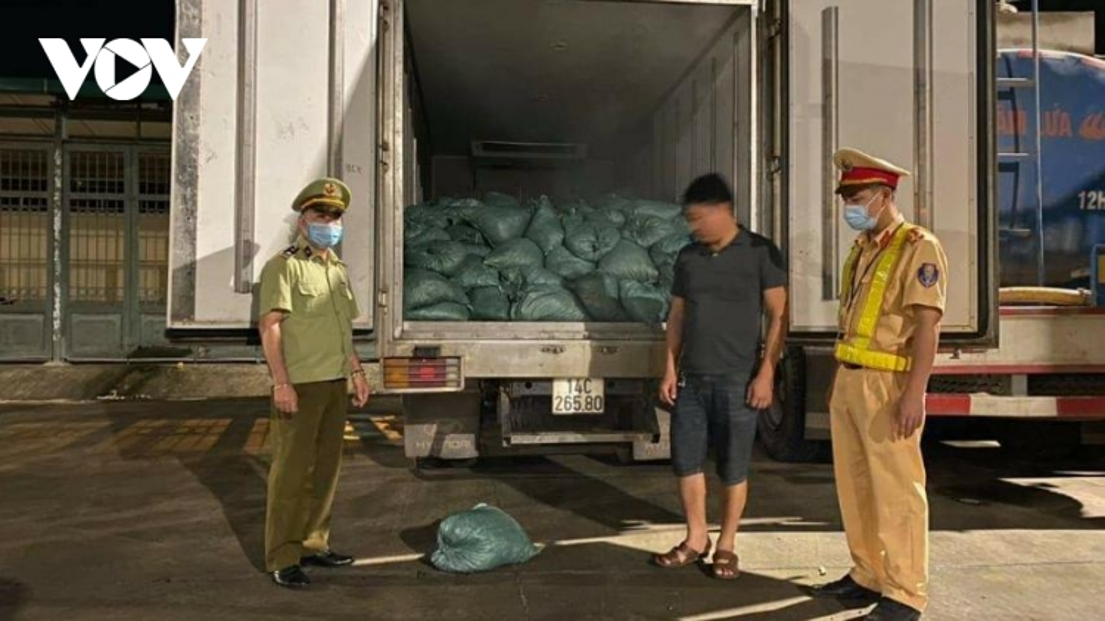 Quảng Ninh: 4,5 tấn chân gà bốc mùi hôi thối bị phát hiện khi đang tuồn vào nội địa