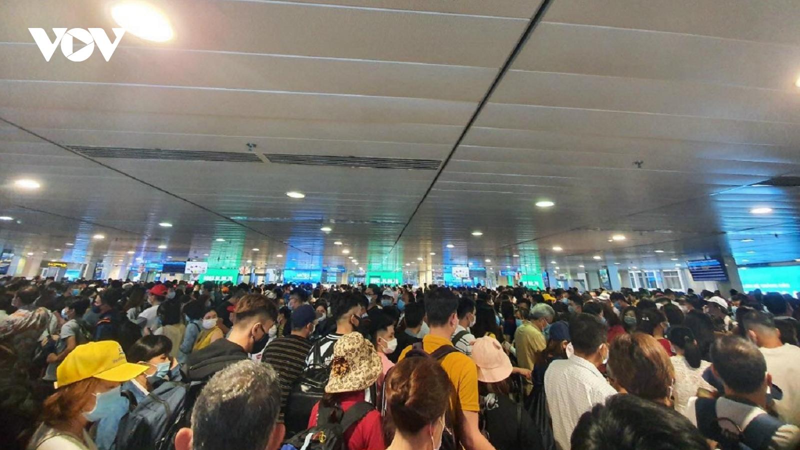 Tiếp tục ùn tắc ở cửa soi chiếu an ninh sân bay Tân Sơn Nhất