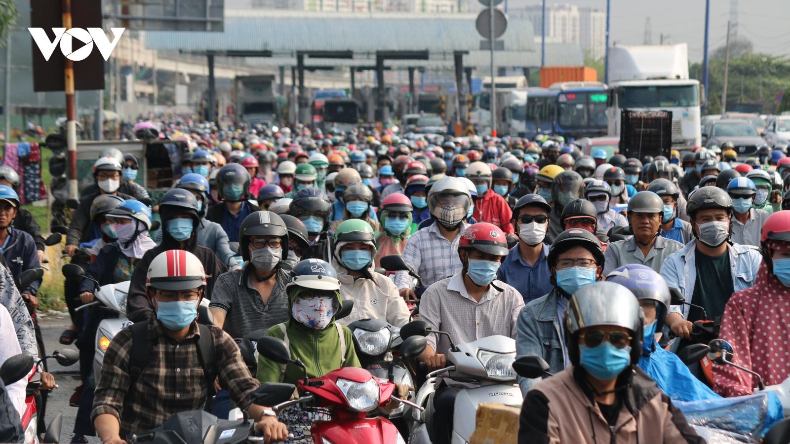 """Mưa sáng sớm, người dân TPHCM """"nghẹt thở"""" trong cảnh kẹt xe"""