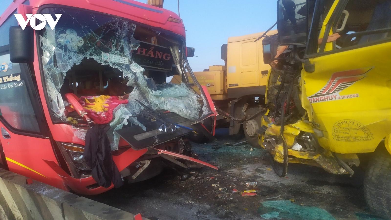 Xe khách đối đầu xe tải khiến 1 người tử vong