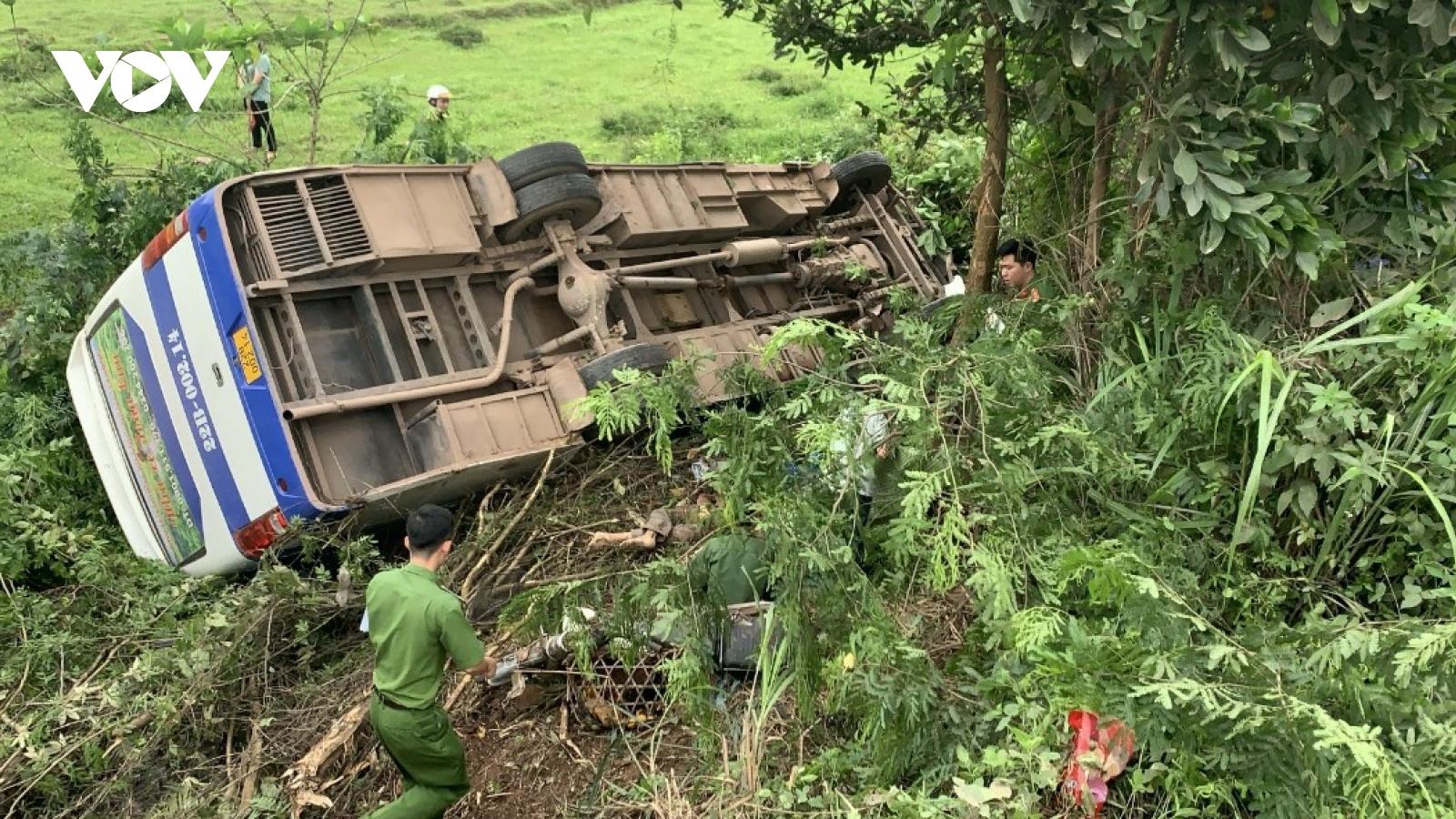 Va chạm giao thông, 39 người trên xe ô tô lao xuống ruộng
