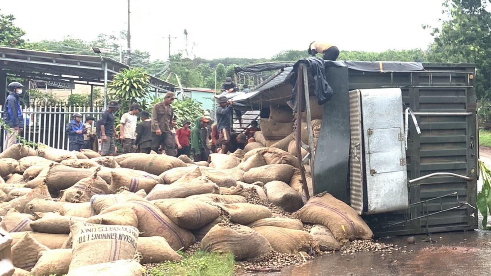 Lật xe đầu kéo gây kẹt xe nhiều giờ liền tại Bình Phước