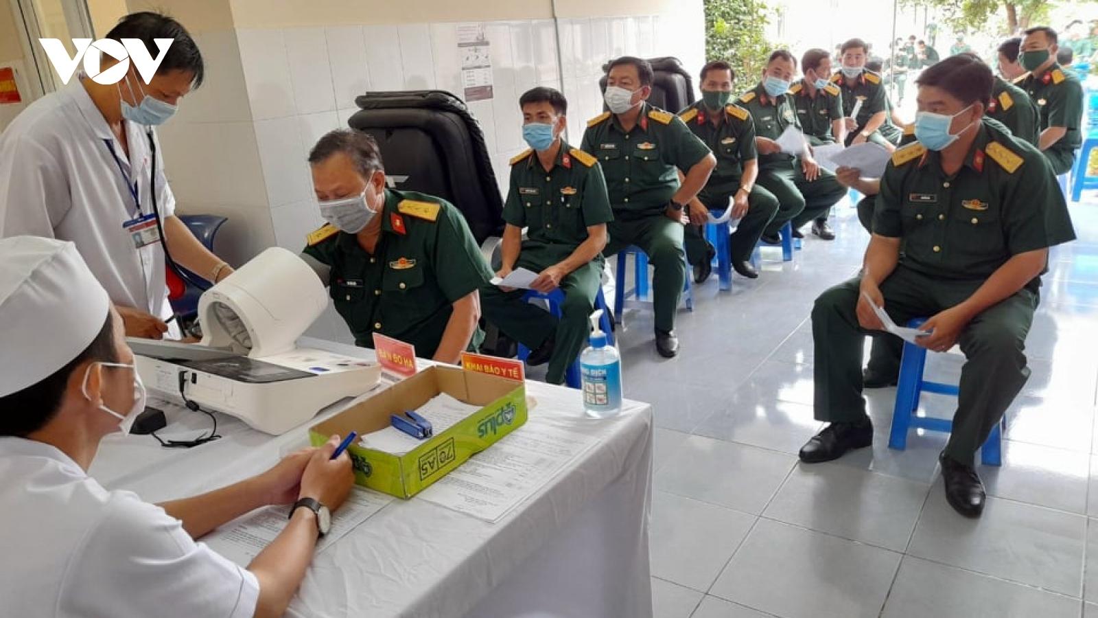 Bến Tre tiêm phòng 7.300 liều vaccineCovid-19 cho những ngườituyến đầu chống dịch