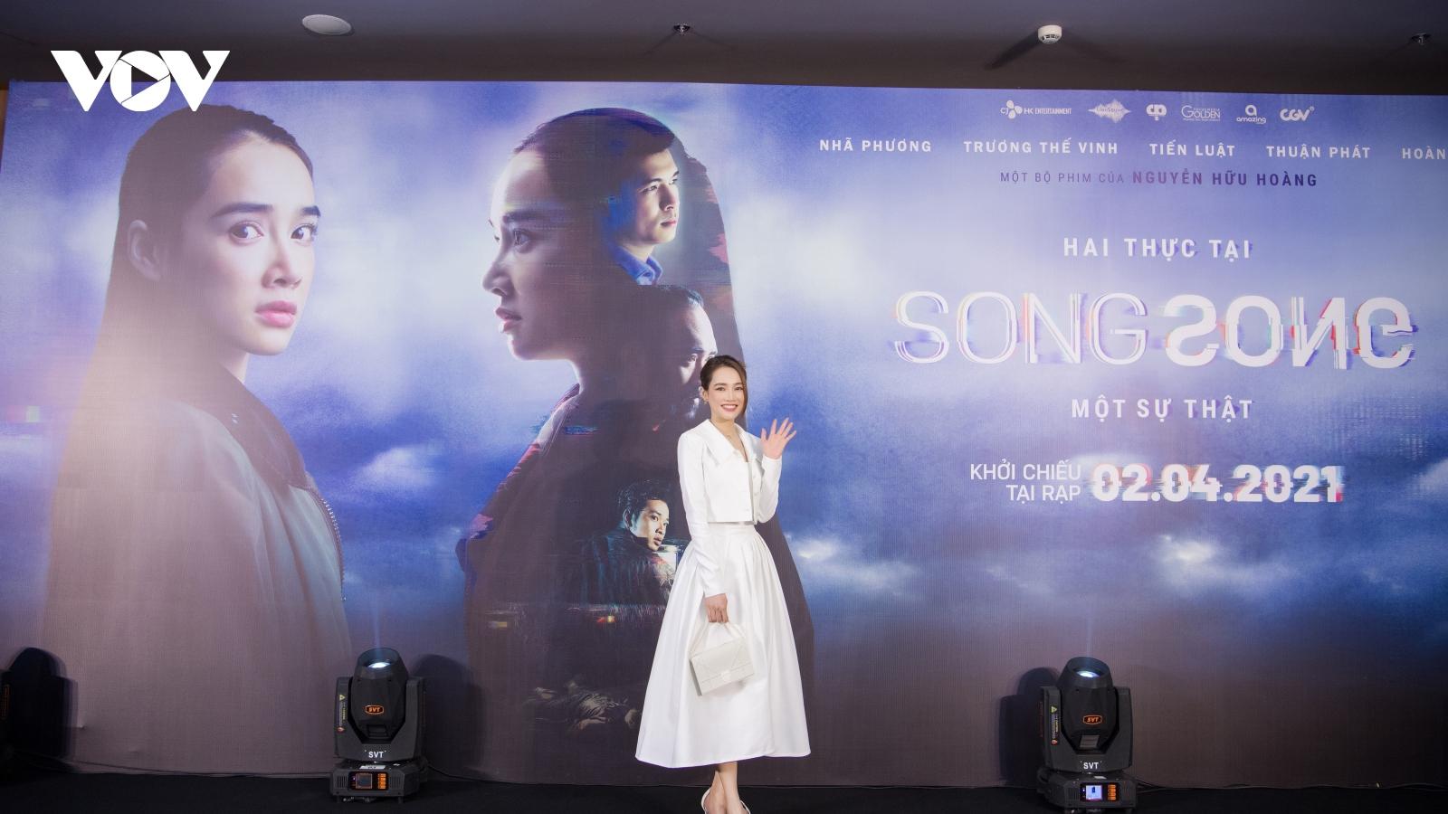 Nhã Phương diện váy trắng tinh khôi ra mắt phim Song Song tại Hà Nội
