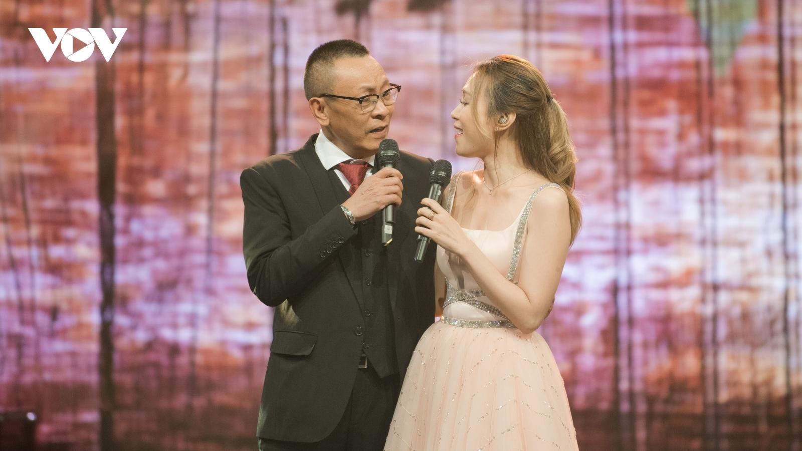 Nhà báo Lại Văn Sâm lần đầu song ca cùng Mỹ Tâm trên sóng truyền hình