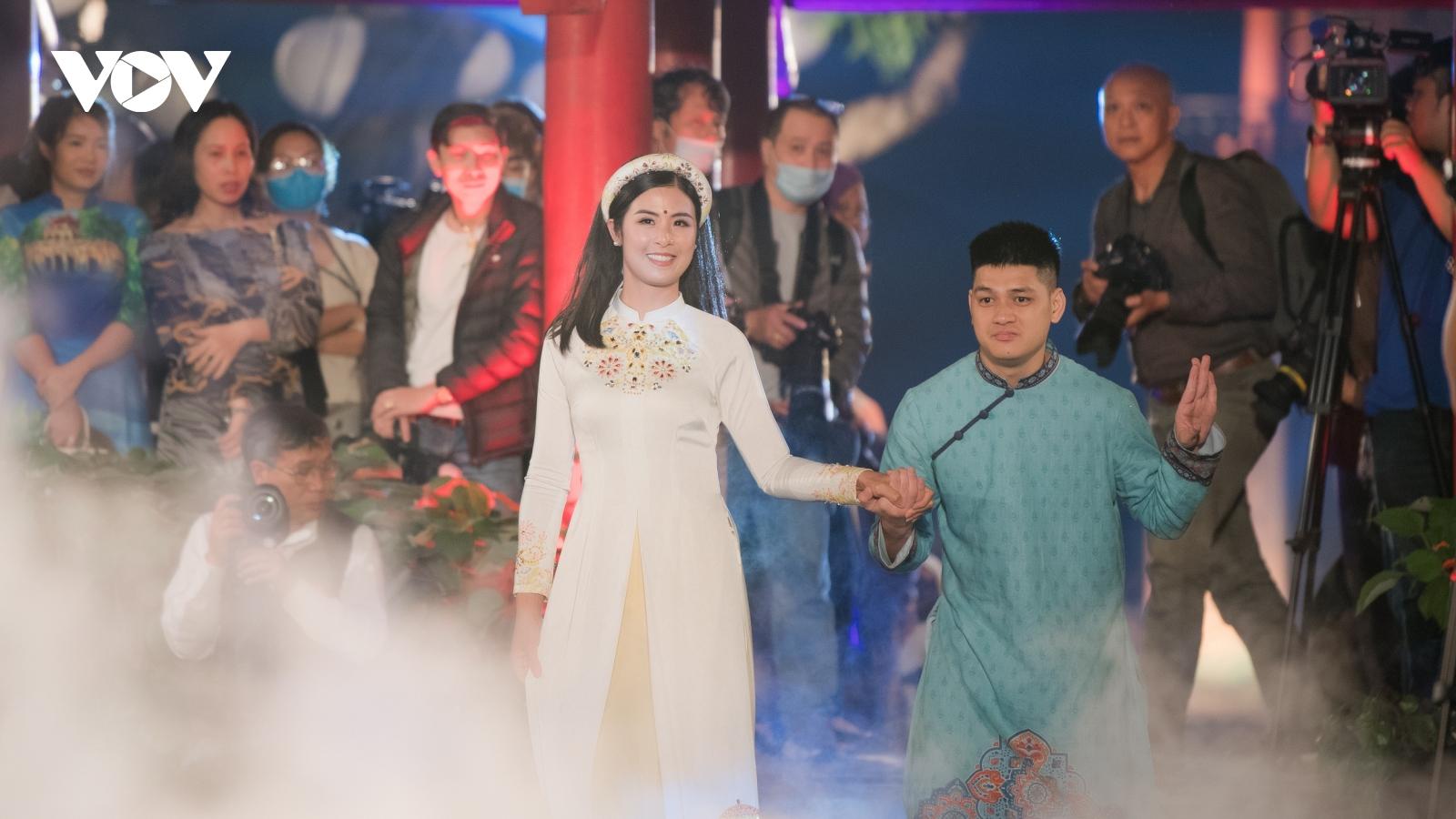 Người khuyết tật ủng hộ áo dài cho Hoa hậu Ngọc Hân
