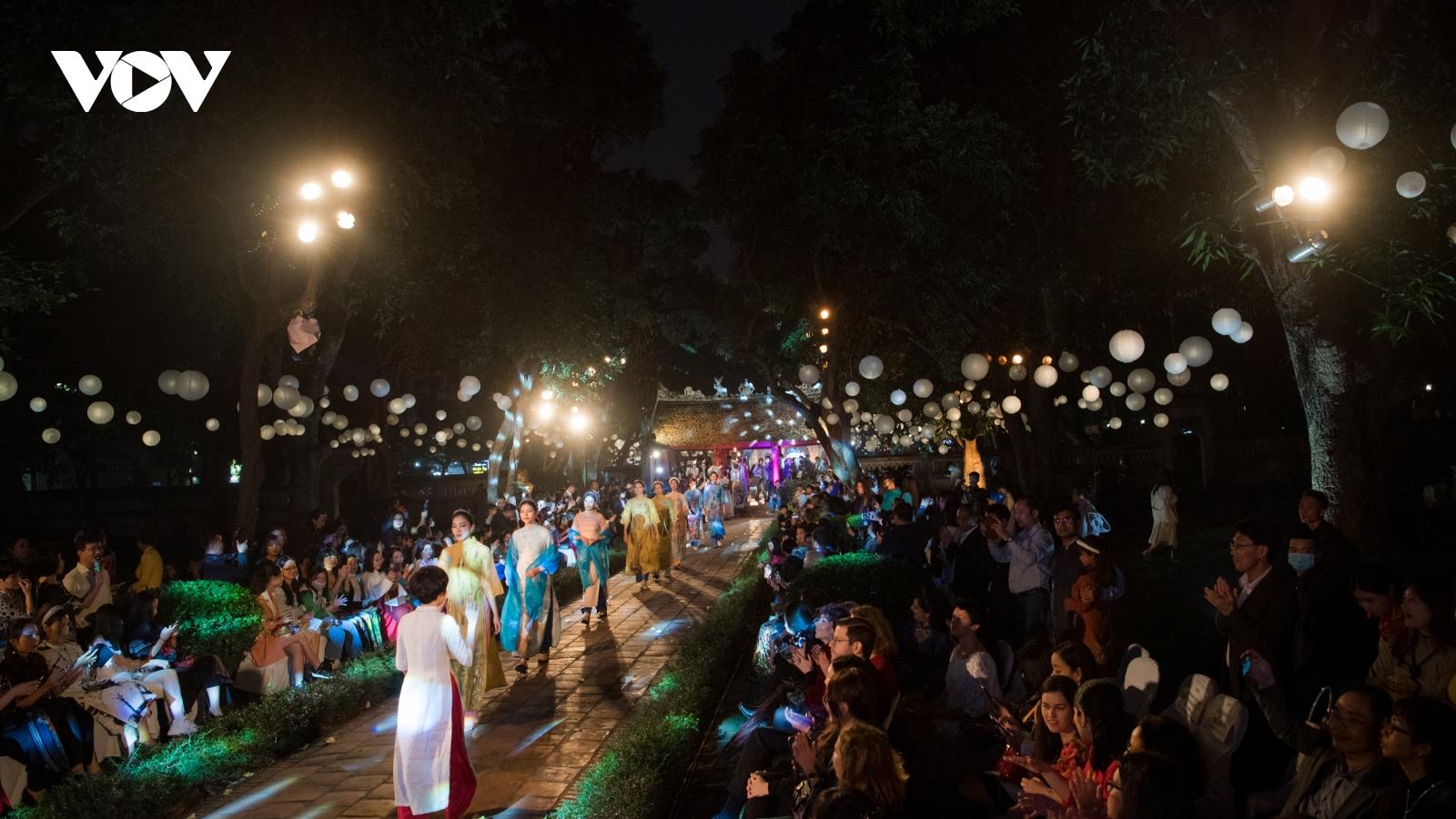 Hàng trăm người mẫu, diễn viên trình diễn hơn 600 bộ áo dài tại Văn Miếu - Quốc Tử Giám