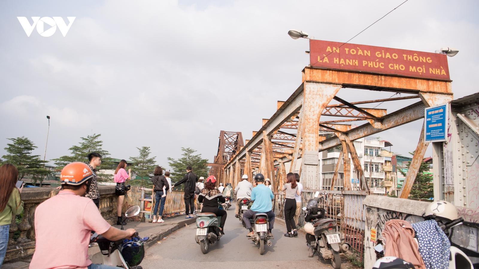 """Cầu Long Biên xuống cấp trầm trọng, """"gồng mình"""" đưa người qua sông"""