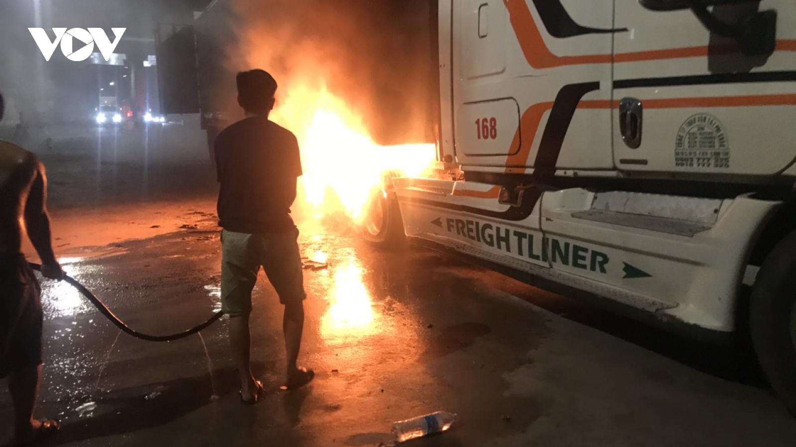Xe container nổ lốp, bốc cháy ngùn ngụt trên cao tốc