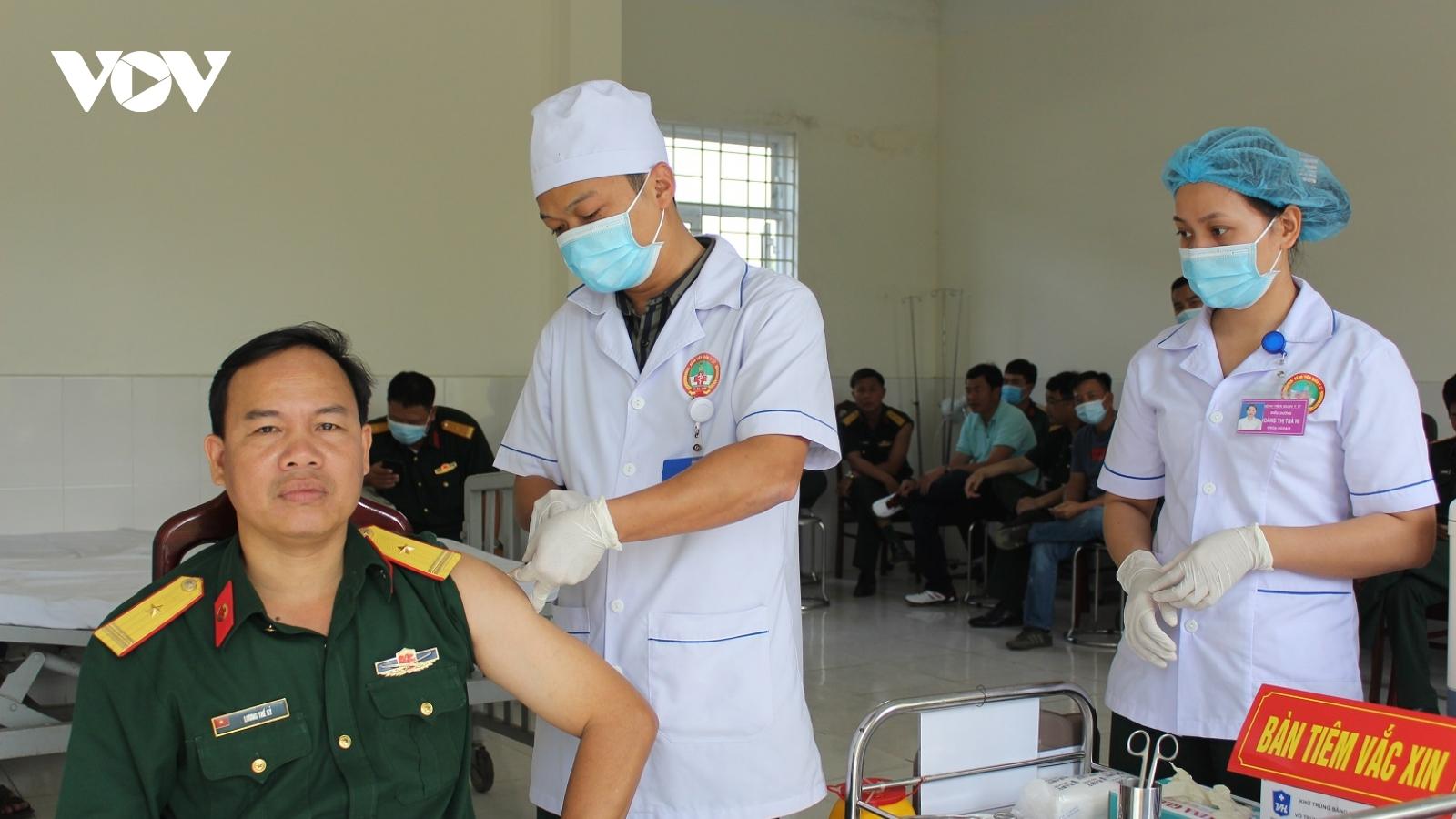 Tiêm vaccinephòng Covid-19 cho 60 cán bộ, chiến sĩ lực lượng vũ trang tỉnh Quảng Nam