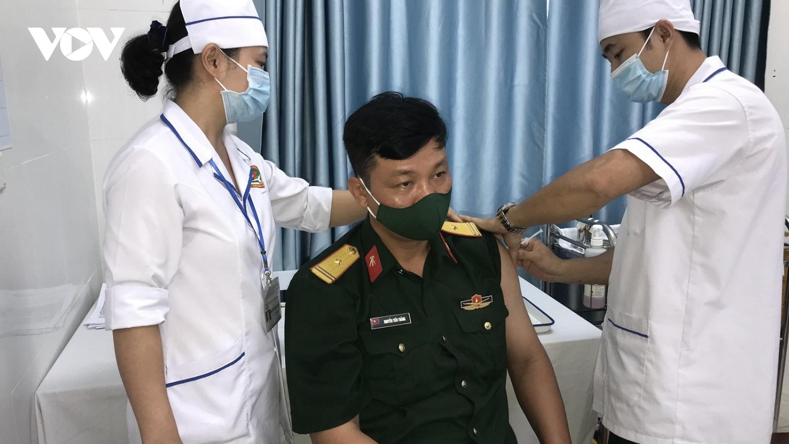 Thừa Thiên Huế tiêm vaccine Covid-19 cho cán bộ, chiến sĩ làm việc nơi tuyến đầu