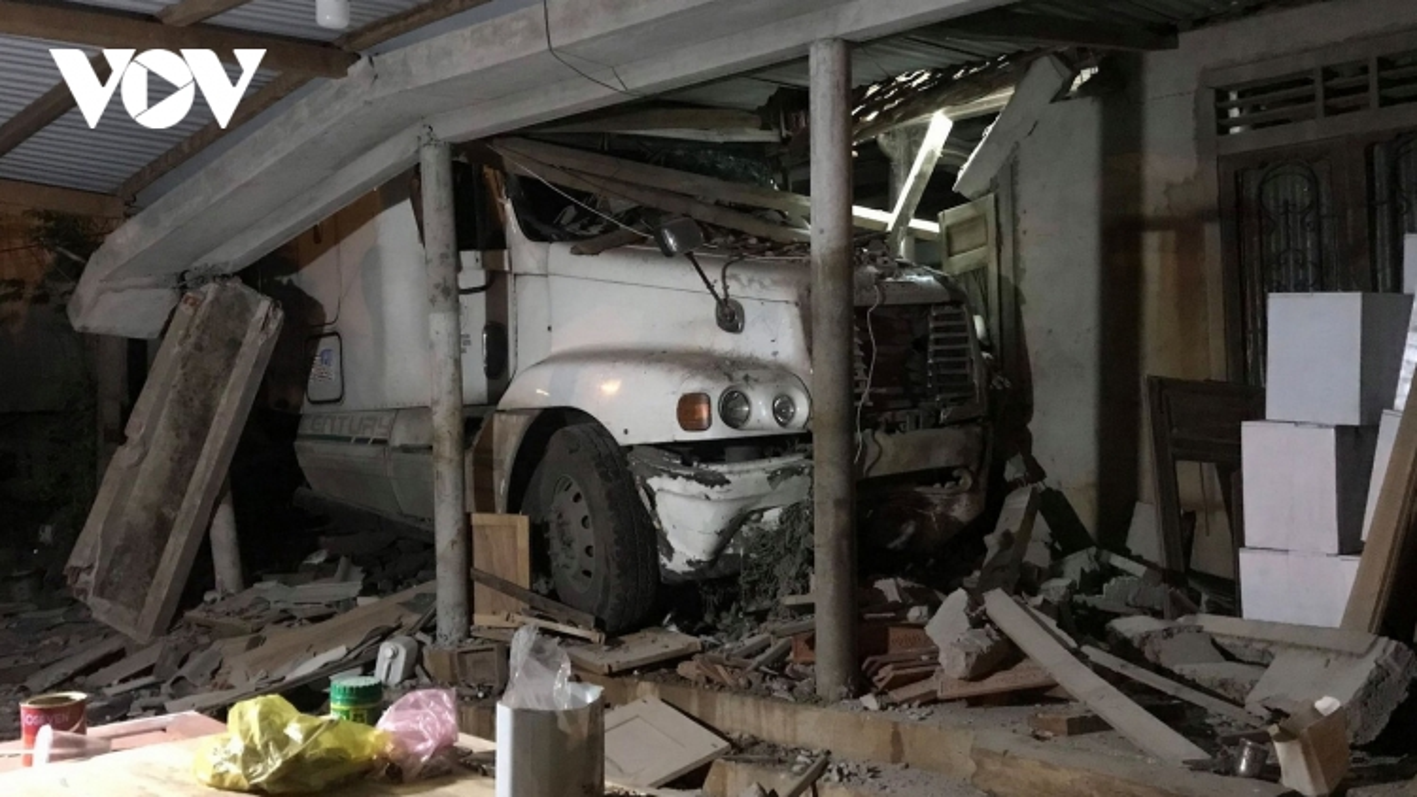 Xe container lao vào nhà dân trong đêm ởQuảng Trị
