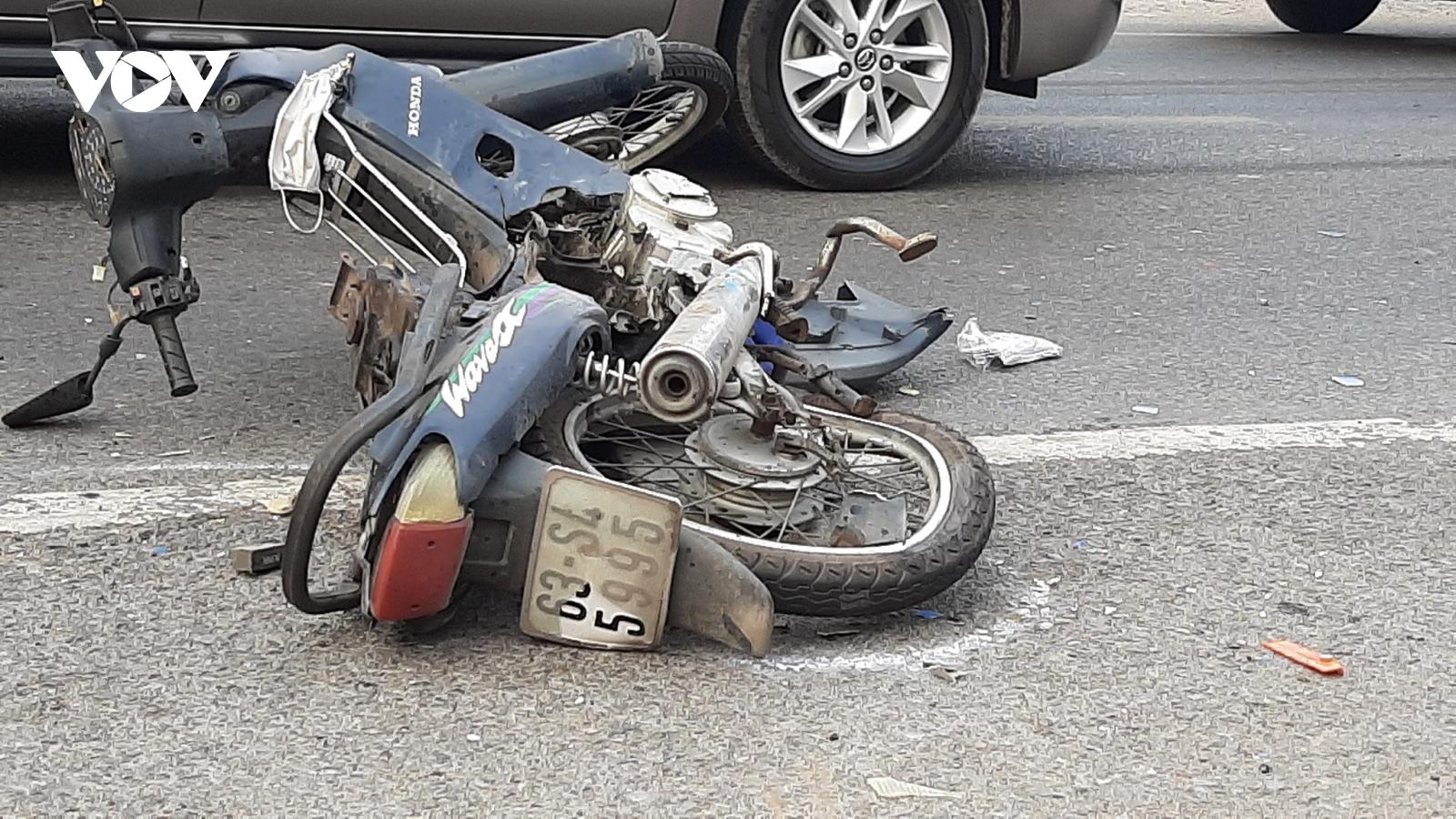 Ô tô chở công nhân và xe máy va chạm tại Tiền Giang, 1 người nguy kịch