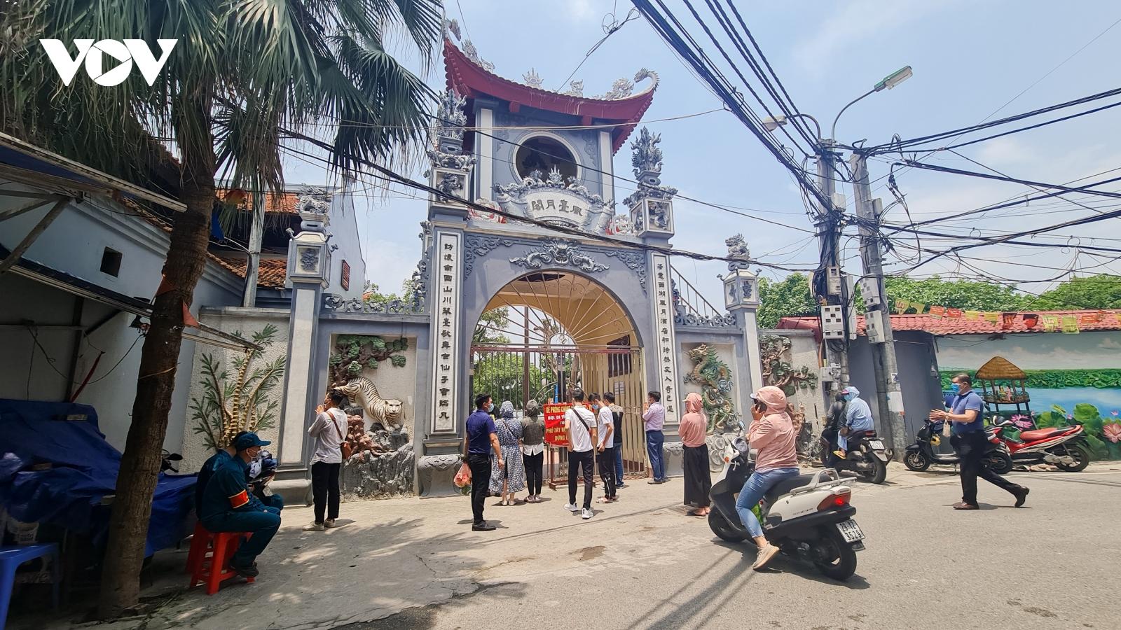 Dù đền chùa đóng cửa, người dân vẫn đến vái vọng ngày mùng 1 âm lịch