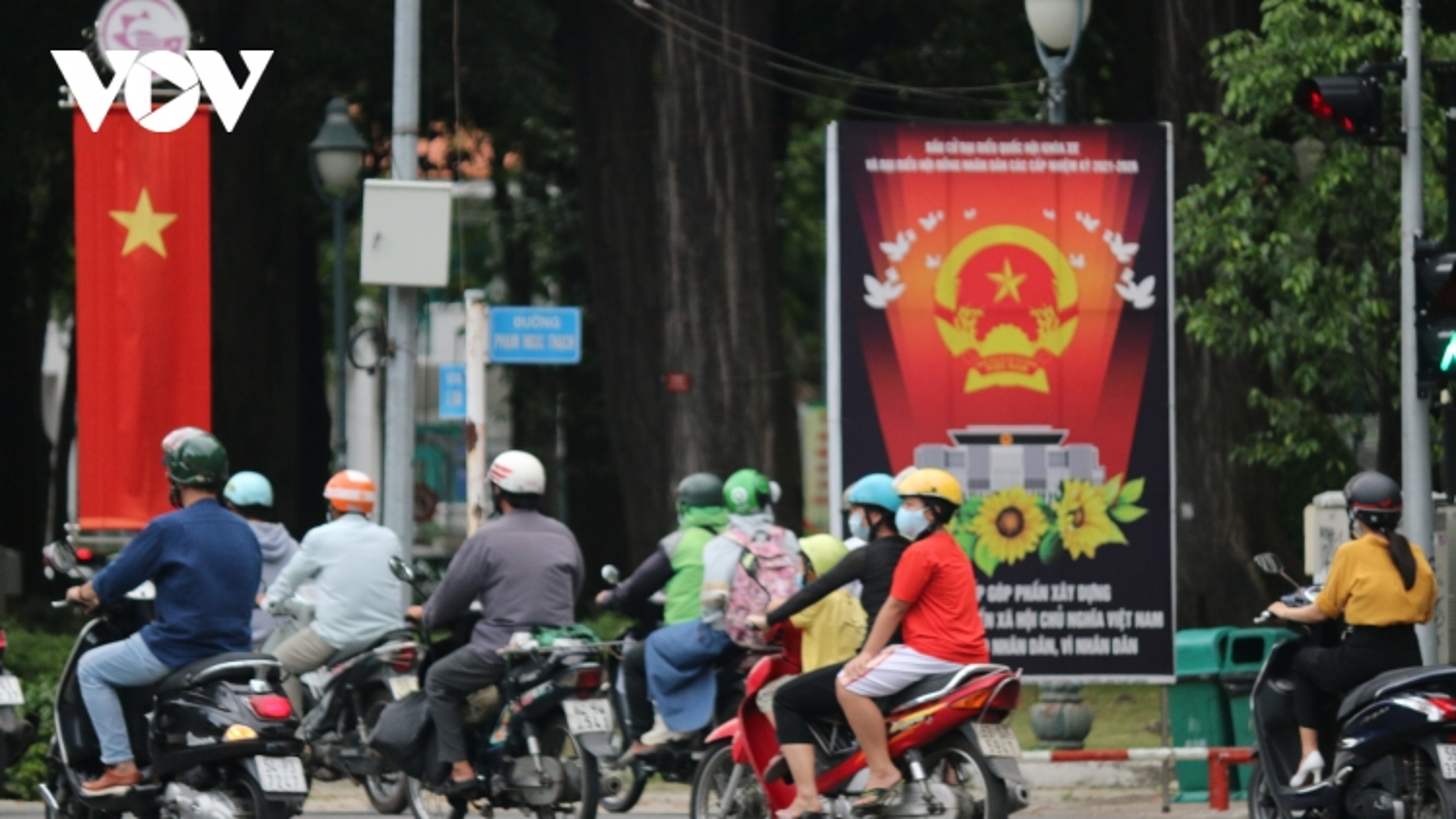 Đường phố TPHCM rực rỡ trước ngày bầu cử