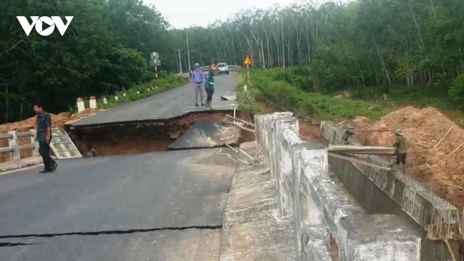 Cầu bịsụt lún, nứt toác khi đang đượcgia cố