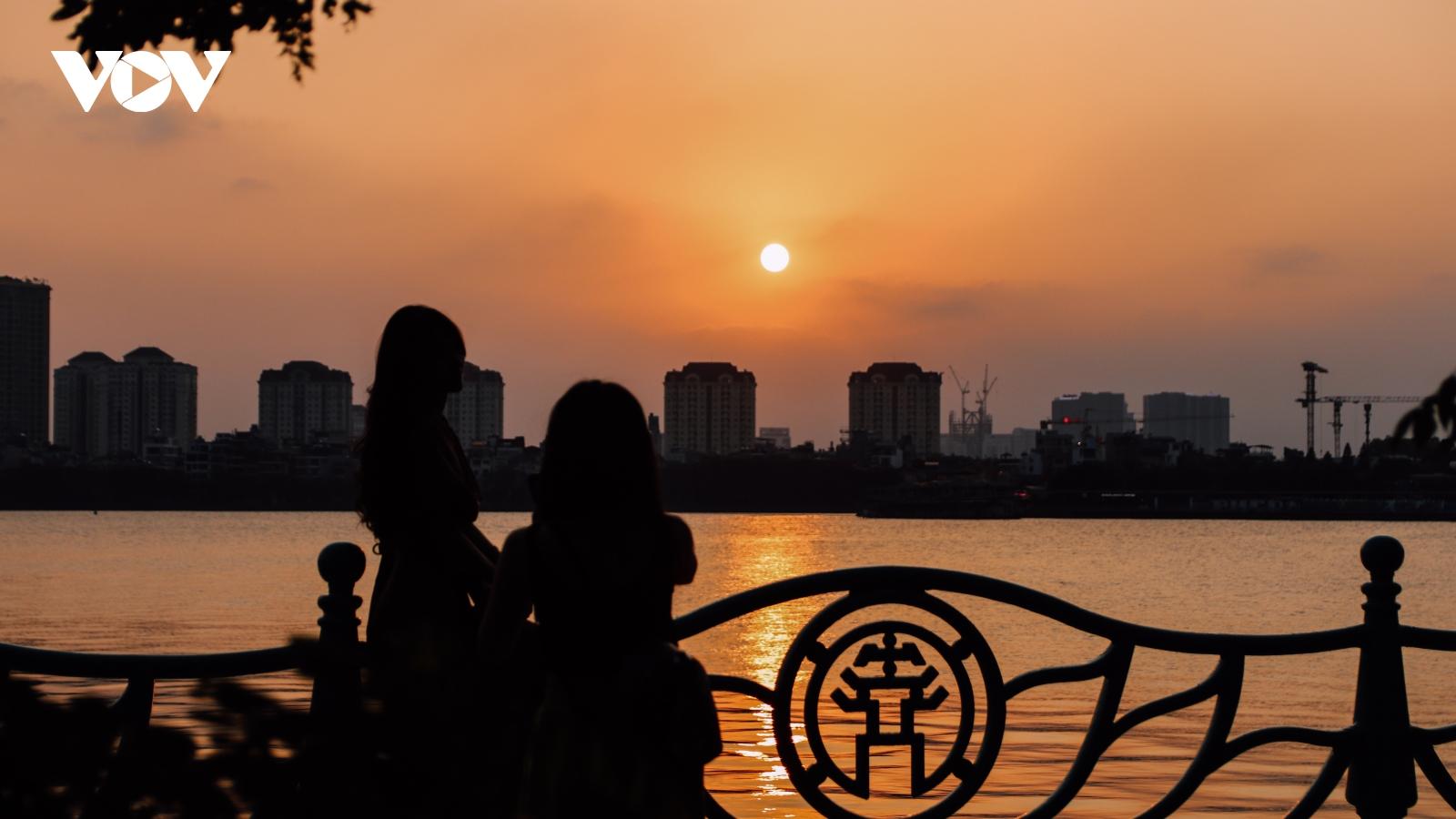 Hà Nội tuyệt đẹp khi ngắm hoàng hôn từ Hồ Tây