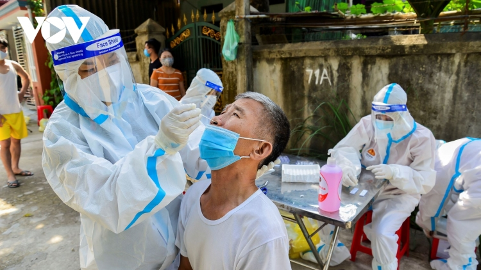 Thành phố Điện Biên Phủ lấy mẫu xét nghiệm cho người dân khu vực phường Him Lam