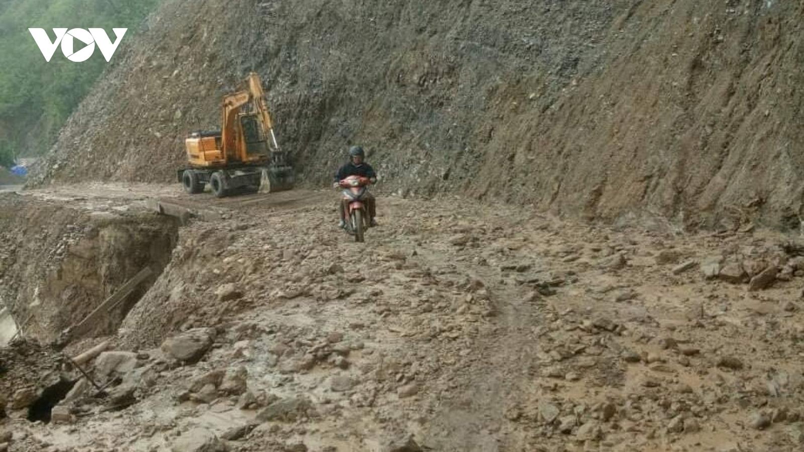 Mưa lớn tại Lai Châu gây sạt lở, ách tác giao thông trên tỉnh lộ 128