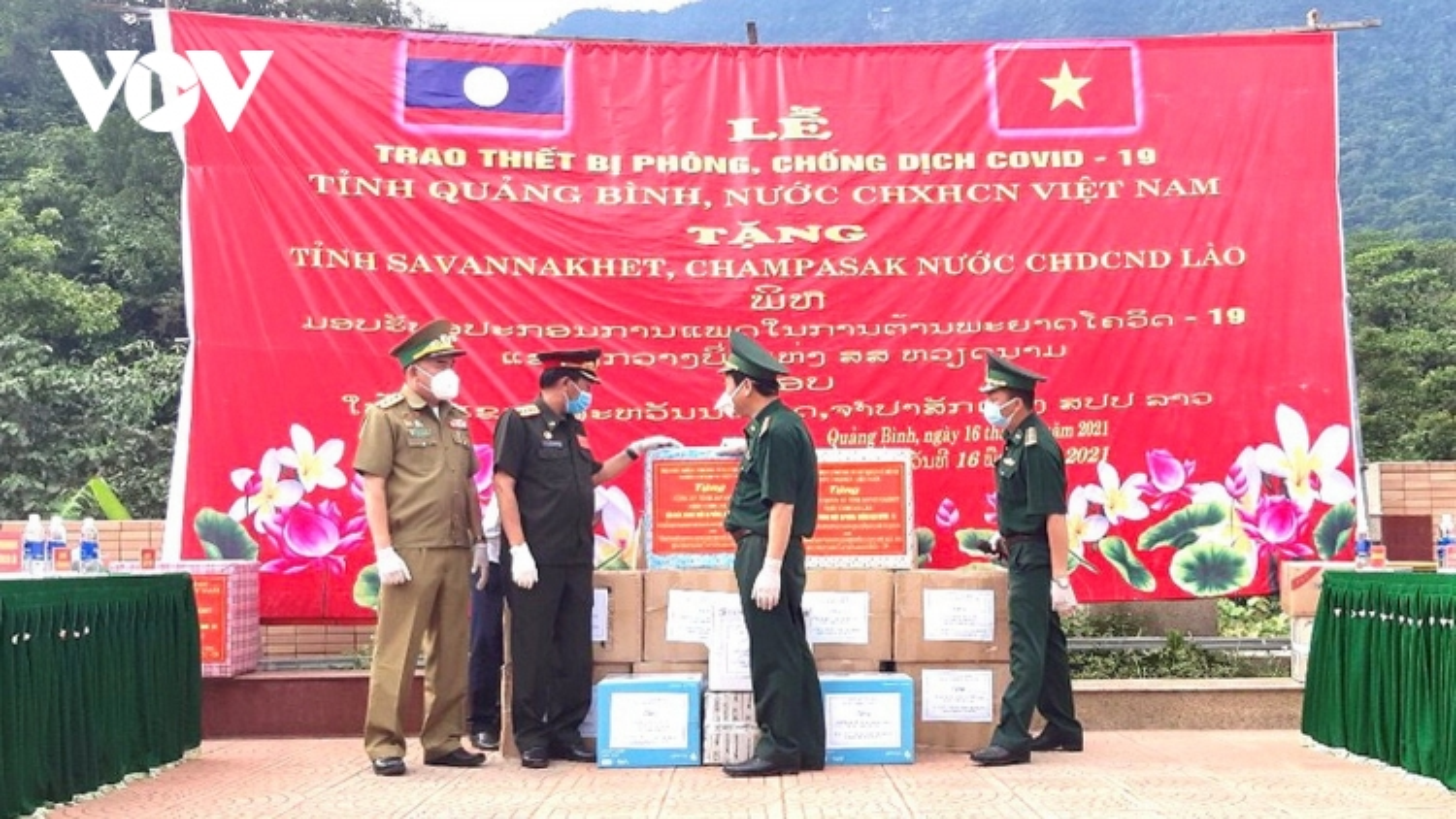 Quảng Bình tặng thiết bị phòng chống dịch Covid-19 cho 2 tỉnh của Lào