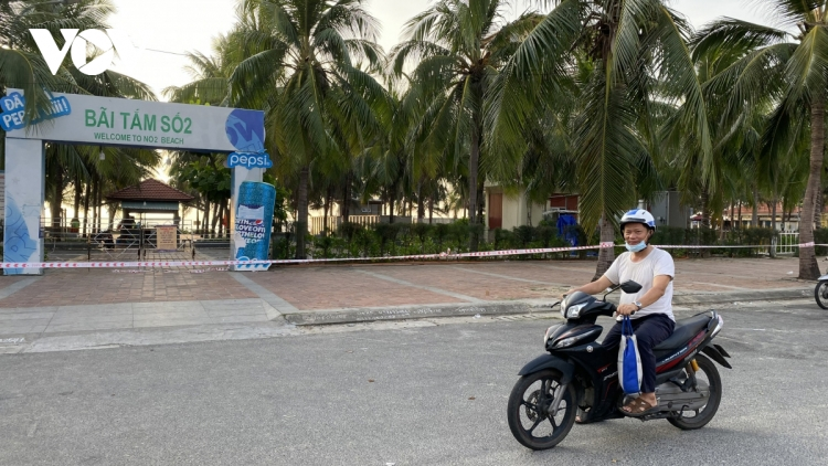 Da Nang beaches on first day of closure for COVID-19 combat