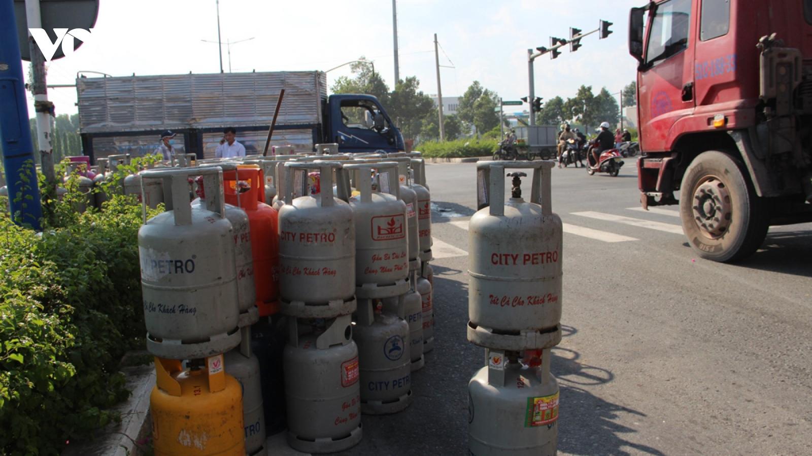Lật xe tải ở Bình Dương, hàng chục bình gas rơi xuống đường
