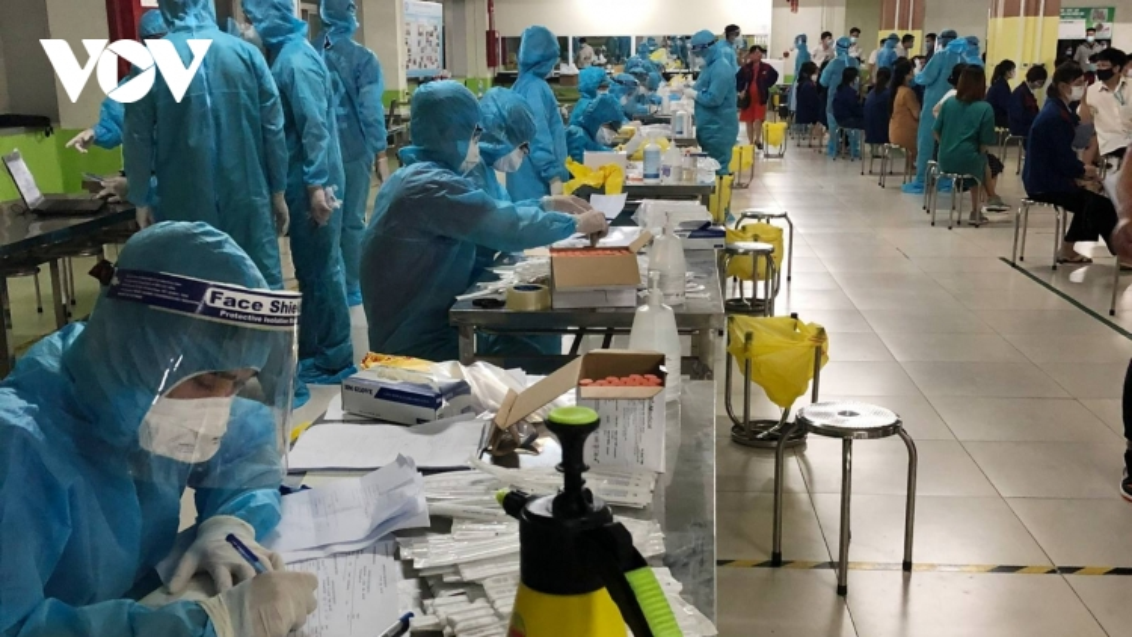 Hơn 10.000 người lao động tại KCN Quang Châu, Bắc Giang lấy mẫu xét nghiệm trong đêm