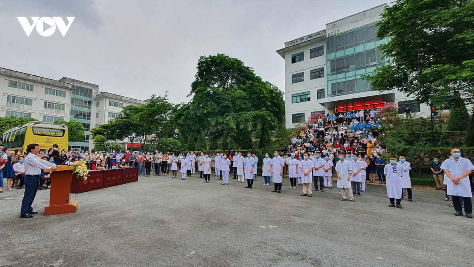 """30 y bác sĩ Lào Cai lên đường chi viện cho """"tâm dịch"""" Bắc Giang"""