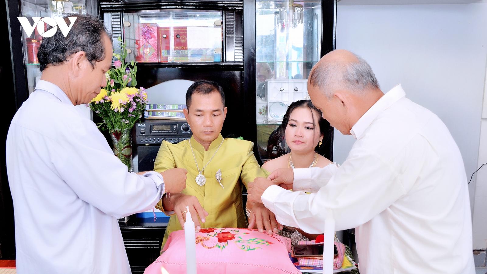 """Nghi thức """"cột tay"""" của người Khmer"""