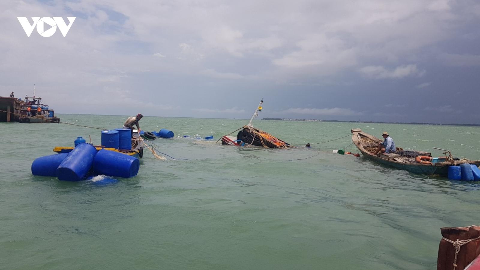 Cứu 3 thuyền viên trôi dạt trên biển ở TPHCM
