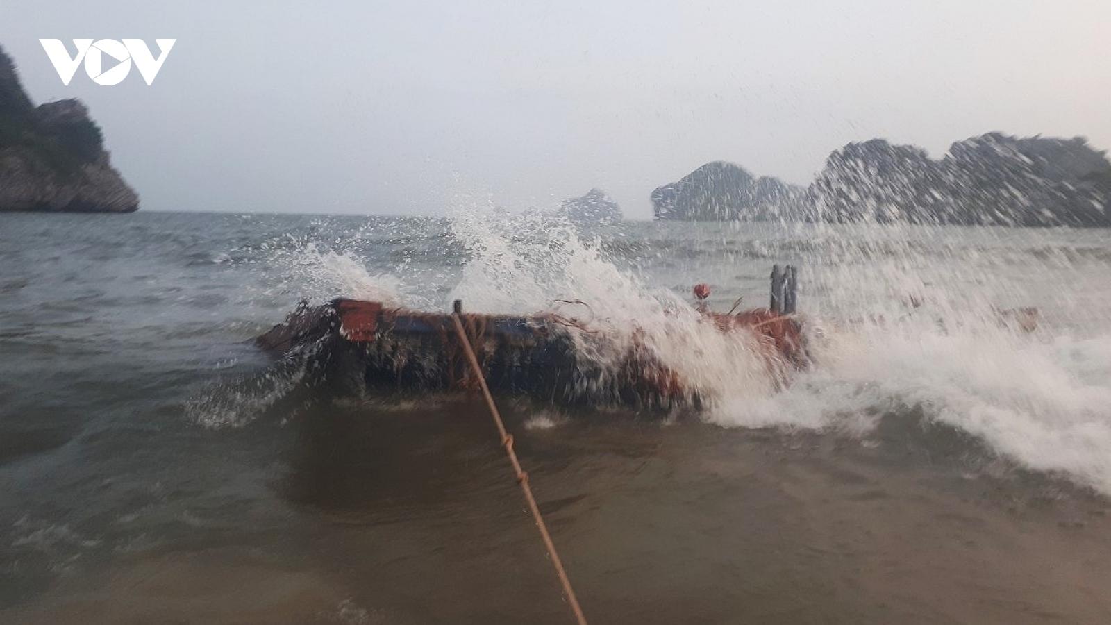 Cứu nạn thành công 2 người gặp nạn trên biển Cát Bà