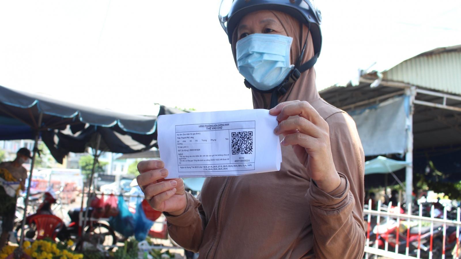 Người dân Đà Nẵng lần đầu đi chợ bằng thẻ QR- Code