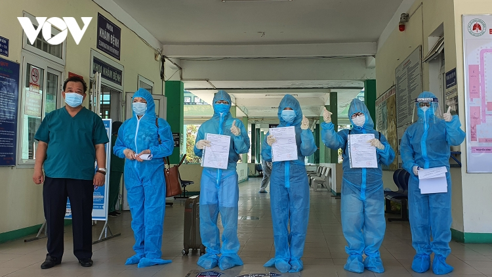 Thêm nhiềubệnh nhân ở Đà Nẵng, Quảng Ngãi âm tính với SARS-CoV-2 đượcra viện