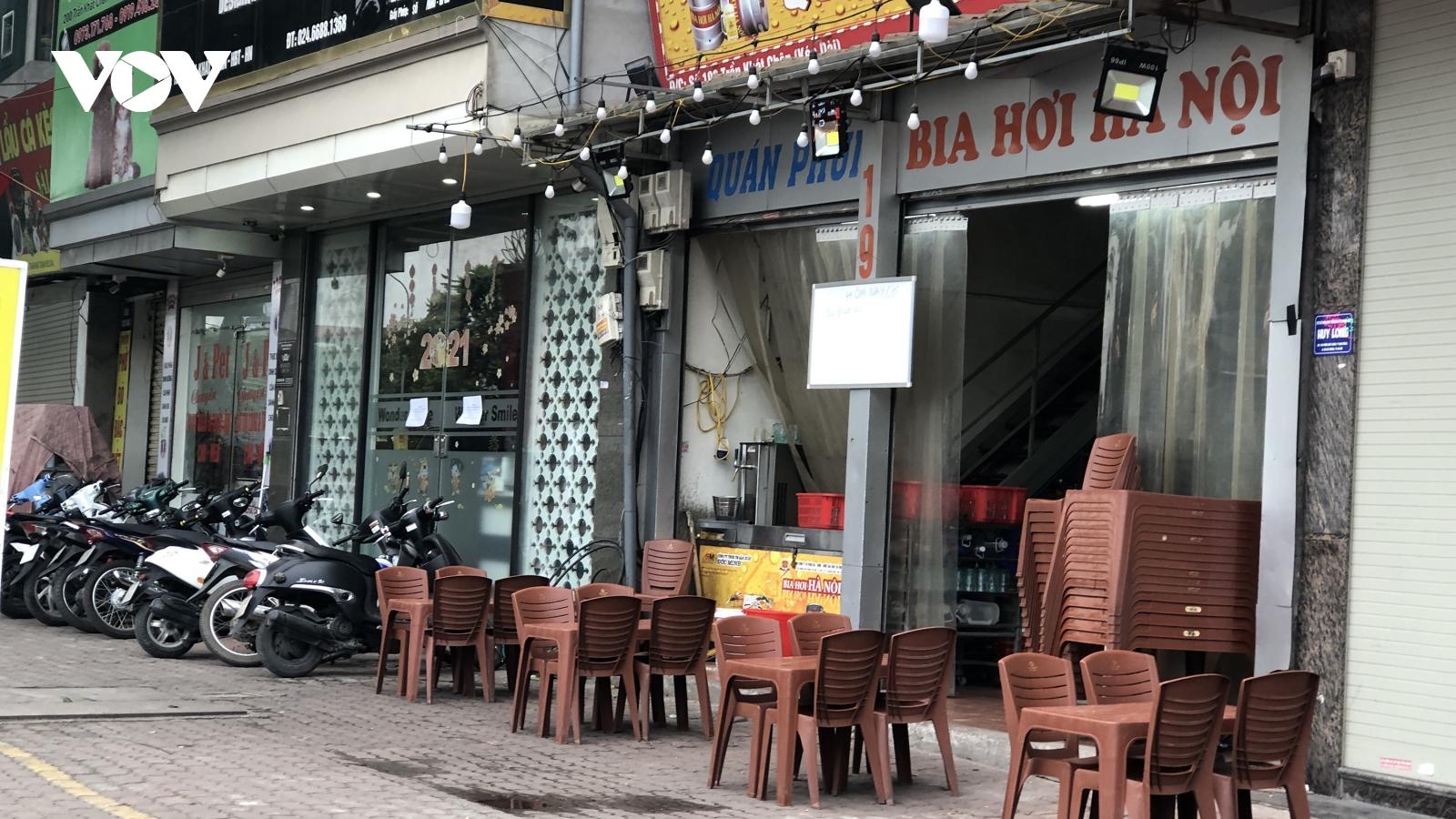 Hàng quán vỉa hè Hà Nội vắng khách khi có lệnh tạm dừng hoạt động