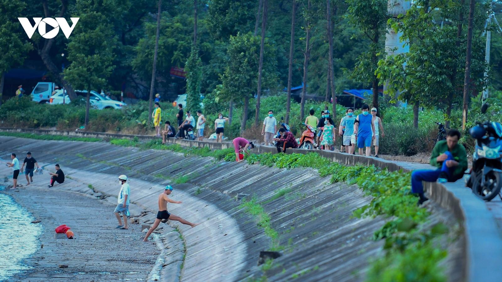 """""""Ngó lơ"""" quy định, người dân Hà Nội thản nhiên ra hồ bơi lội, tập thể dục"""