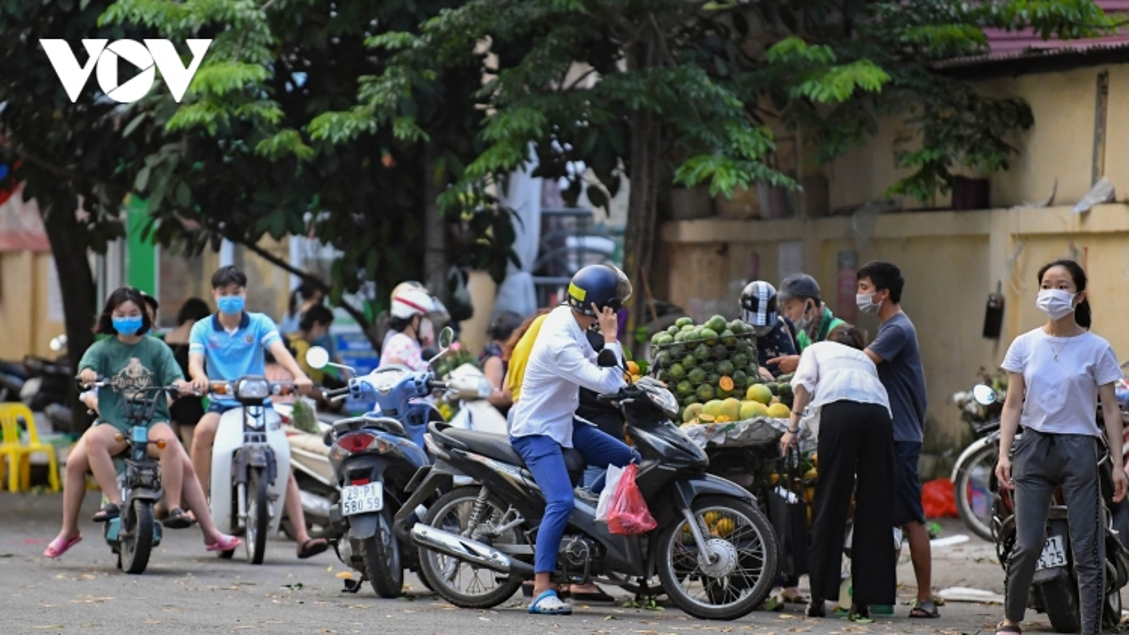 """Dịch Covid-19 diễn biến phức tạp, nhiều chợ """"cóc"""" ở Hà Nội vẫn hoạt động tấp nập"""