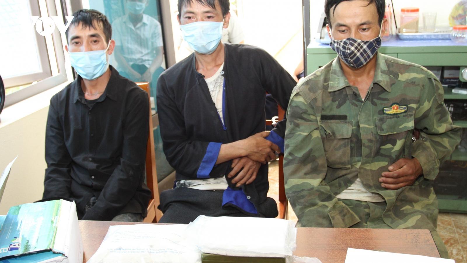 Yên Bái bắt 3 đối tượng mua bán 7 bánh heroin
