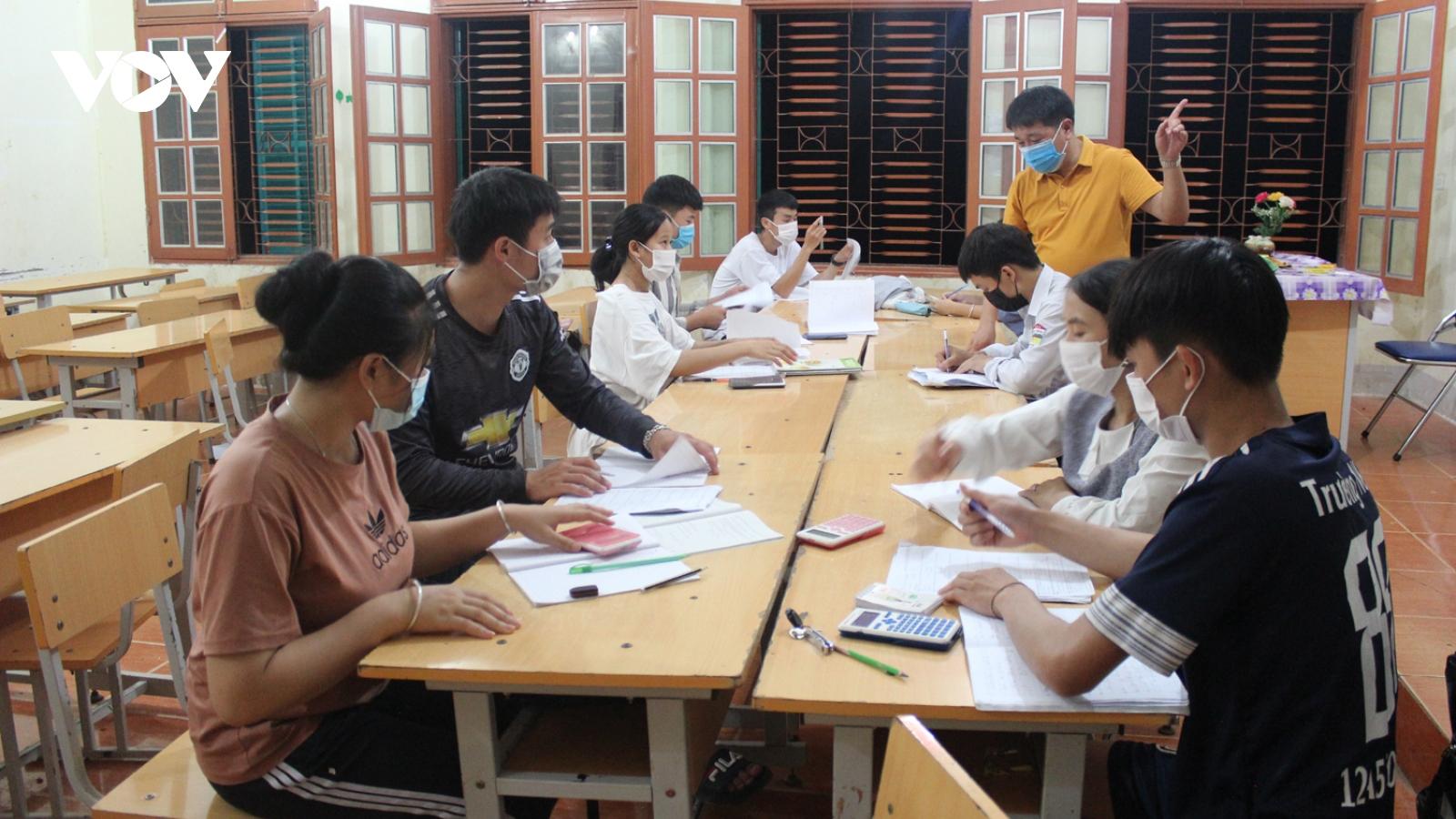 Những lớp ôn thi miễn phí từ tấm lòng của thầy cô vùng cao