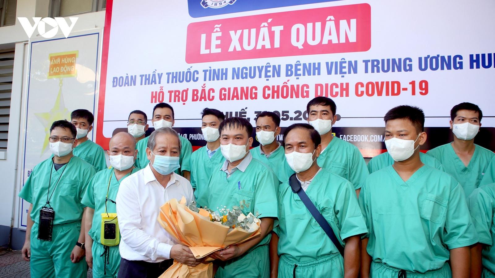 18 bác sĩ, điều dưỡng của Bệnh viện TƯ Huế lên đường chi viện Bắc Giang