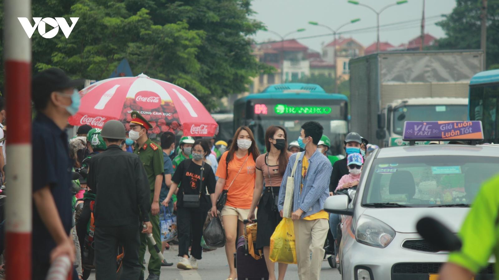 Hình ảnhngười dân lỉnh kỉnh đồ đạc, ùn ùntrở lại Thủ đô sau kỳ nghỉ lễ