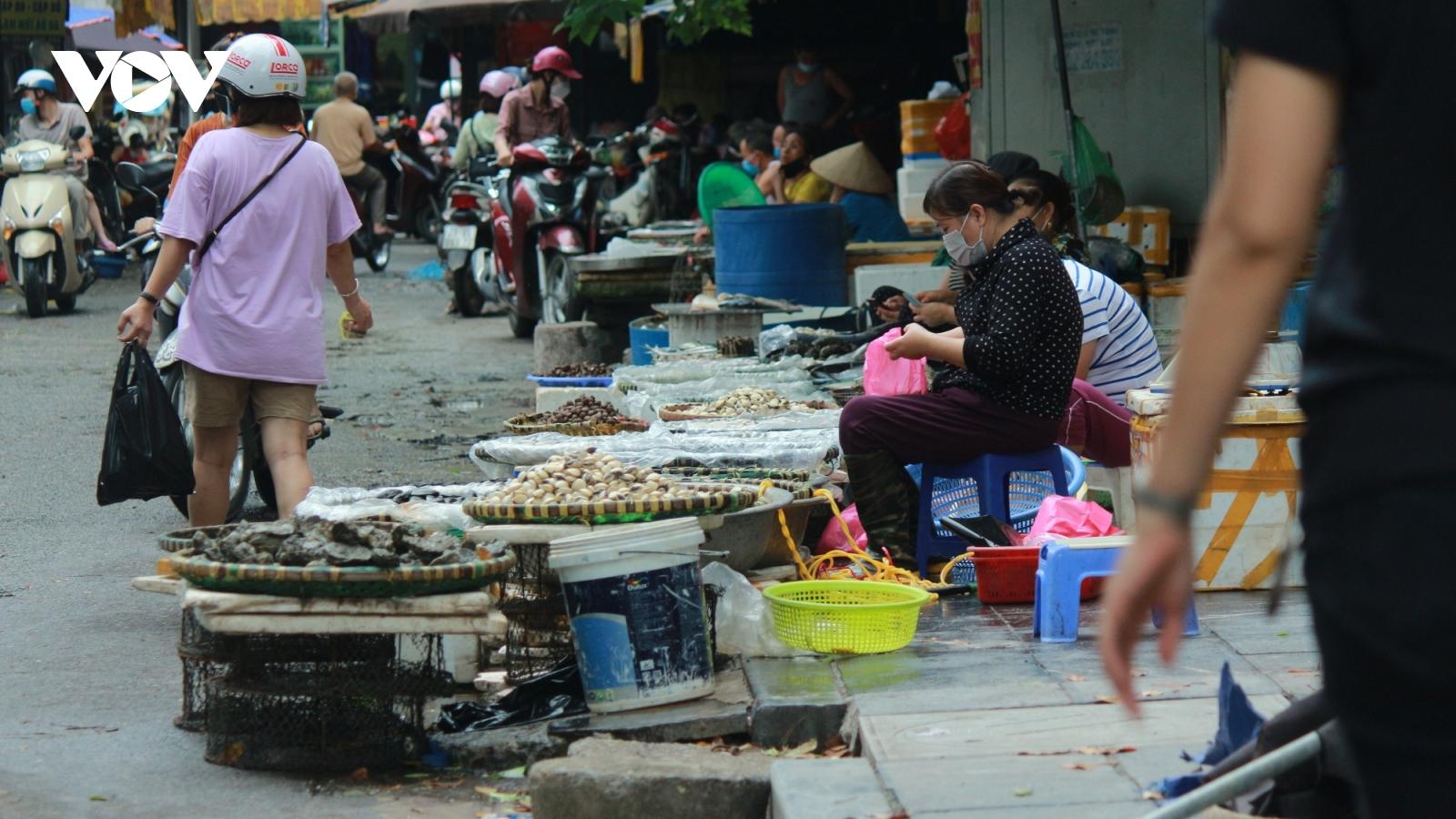 Mặc kệ lệnh cấm, chợ cóc, chợ tạm vẫn hoạt động bình thường