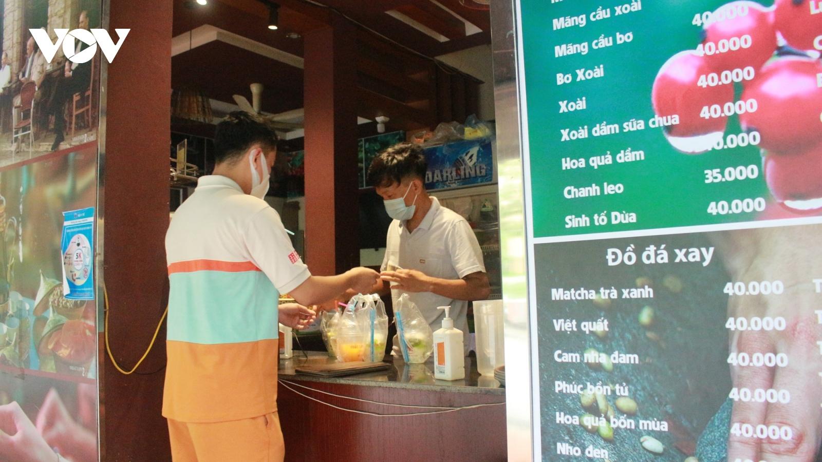 Sau 12h trưa 25/5: Quán cà phê ở Hà Nội chấp hành nghiêm quy định