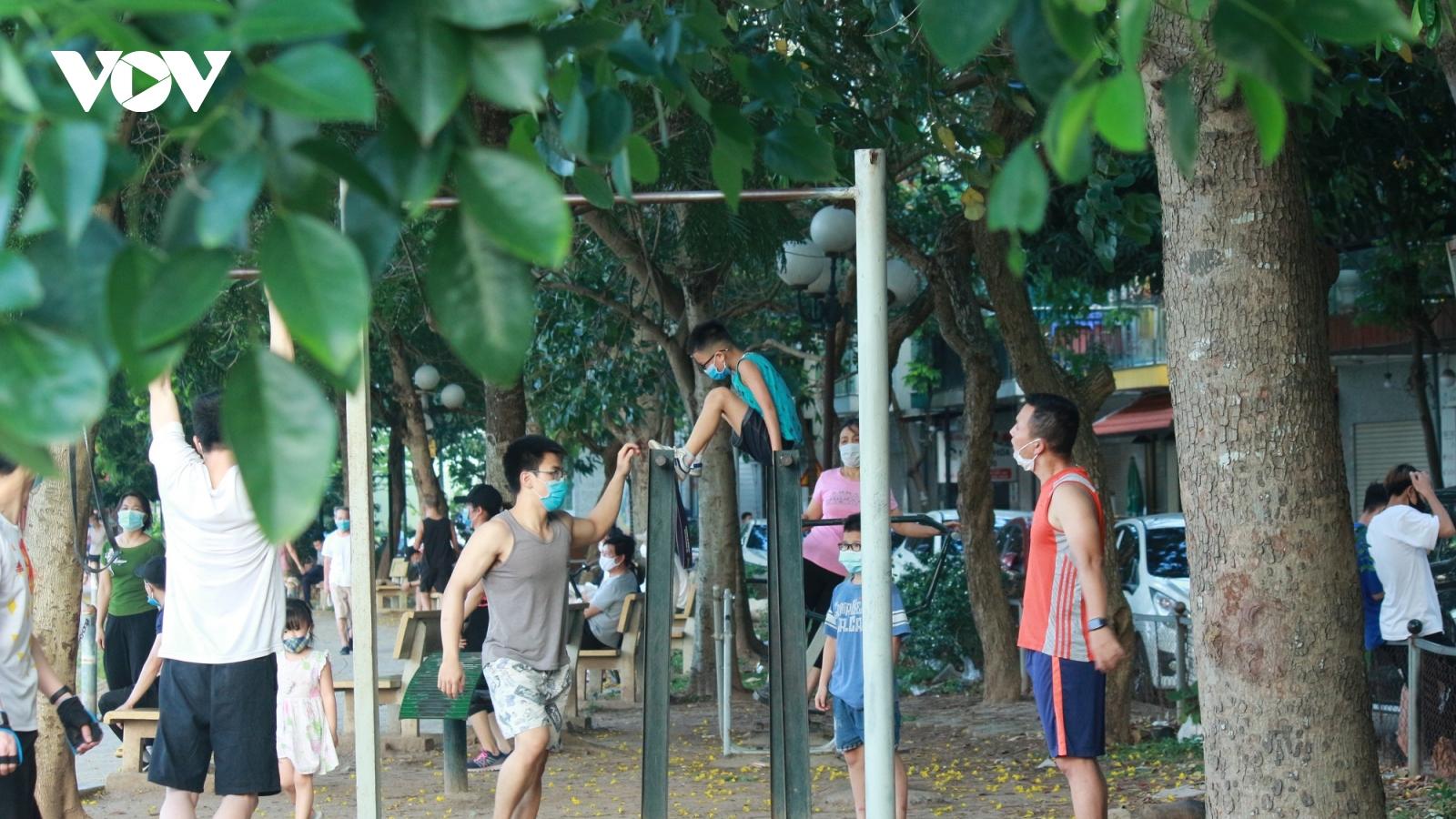 Người dân tập thể dục kín hồ Trung Văn, bất chấp quy định phòng chống dịch