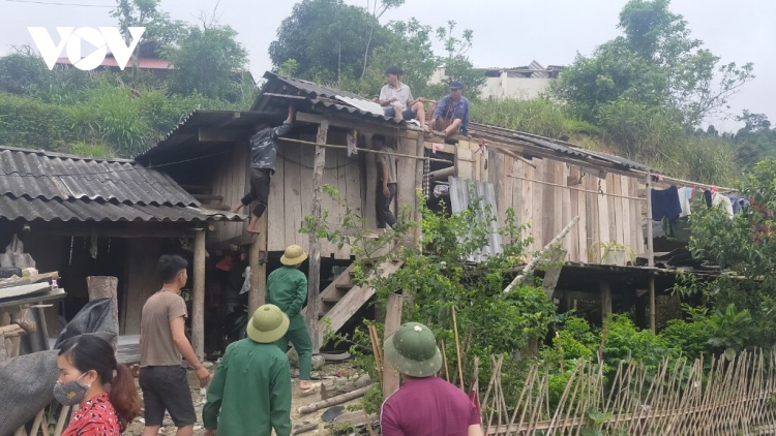 Bắc Kạn giông lốc khiến hàng trăm ngôi nhà hư hại